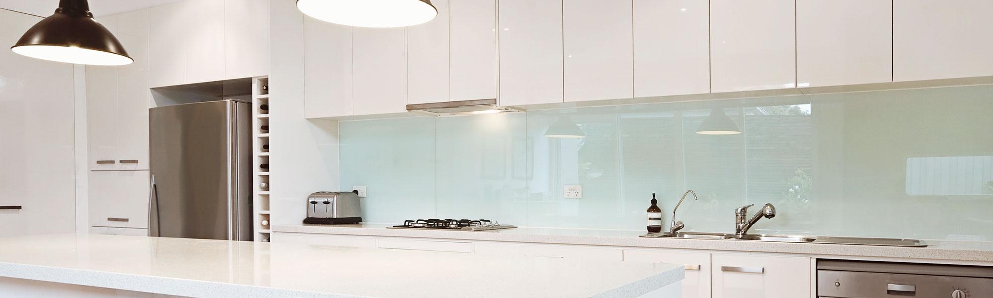 Kuchenruckwande Und Arbeitsplatten Aus Glas Glasmanufaktur